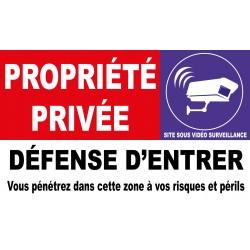 Propriété privée défense d'entrer vous pénétrez dans cette zone à vos risques et périls sous vidéo surveillance.