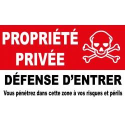 Propriété privée défense d'entrer vous pénétrez dans cette zone à vos risques et périls avec picto tête de mort
