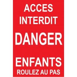 Accès interdit danger enfants roulez au pas